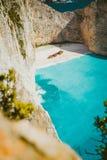 Вертикальная съемка кораблекрушения на пляже Navagio при морская вода сини бирюзы окруженная огромными белыми скалами известно Стоковые Изображения RF