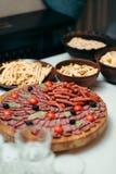 Вертикальная съемка различных закусок на комплекте таблицы свадьбы Блюда полны различных сосисок и обломоков Стоковая Фотография RF