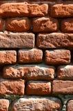 Вертикальная текстура стены нескольких строк очень старой кирпичной кладки сделанной красного кирпича Разрушенная и поврежденная  Стоковое Изображение
