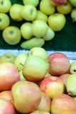 Вертикальное изображение красных и зеленых яблок на счетчике на супермаркете с отражением от зеркала Стоковое Изображение