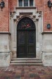 Вертикальное изображение старой двери архитектуры с кирпичной стеной на открытом воздухе стоковая фотография rf