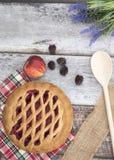 Вертикальное изображение яблока и пирога ежевики на деревянной предпосылке Стоковая Фотография RF