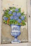 Вертикальное фото голубых и белых традиционных декоративных покрашенных плиток Стоковое Изображение