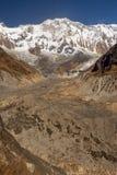 Вертикальное фото ледника и Annapurna 1 гора в Гималаях Непала стоковое фото