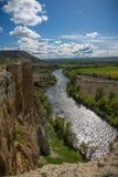 Вертикальные стены рядом с рекой Пеший туризм, скачком стоковые изображения