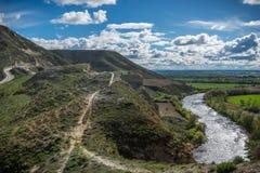 Вертикальные стены рядом с рекой Пеший туризм, скачком стоковое изображение rf