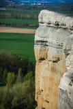 Вертикальные стены рядом с рекой Пеший туризм, скачком стоковая фотография rf