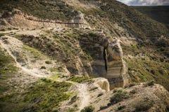 Вертикальные стены рядом с рекой стоковая фотография rf