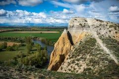 Вертикальные стены рядом с рекой стоковые фото