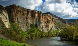 Вертикальные стены рядом с рекой стоковые фотографии rf