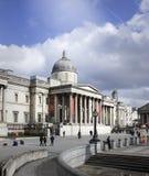 Вертикальный взгляд национальной галереи с квадратом Trafalgar, туристическая достопримечательность в центральном Лондоне стоковые изображения rf