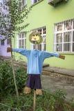Вертикальный ясный всход красочных детей забавляется диаграмма от деревянного на предпосылке стоковая фотография rf