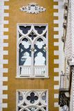 Вертикаль: Затейливые искусство и скульптуры украшают исторические здания в Венеции, Италии стоковые изображения rf