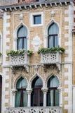 Вертикаль: Затейливые искусство и скульптуры украшают исторические здания в Венеции, Италии Стоковая Фотография