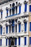 Вертикаль: Затейливые искусство и скульптуры украшают исторические здания в Венеции, Италии Стоковое Изображение