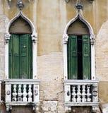 Вертикаль: Затейливые искусство и скульптуры украшают исторические здания в Венеции, Италии стоковые изображения