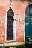 Вертикаль: Затейливые искусство и скульптуры украшают исторические здания в Венеции, Италии стоковое фото