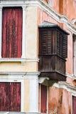 Вертикаль: Затейливые искусство, скульптуры, и работа по дереву украшают исторические здания в Венеции, Италии стоковые фото