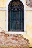 Вертикаль: Затейливые искусство, скульптуры, и ironwork украшают исторические здания в Венеции, Италии стоковые фото