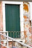 Вертикаль: Исторический grunge в городе Венеции, Италии стоковые изображения