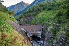 вертикаль реки панорамы горы 3 изображений hdr Снег лежит даже летом стоковая фотография