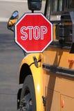 вертикаль стопа schoolbus Стоковые Фото