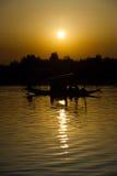 Вертикаль Srinagar центра захода солнца шлюпки озера Dal Стоковые Изображения RF