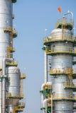 Вертикальная башня рафинадного завода в нефтехимическом заводе Стоковое фото RF