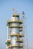 Вертикальная башня рафинадного завода в нефтехимическом заводе Стоковое Изображение