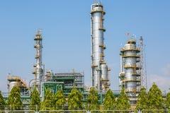 Вертикальная башня рафинадного завода в нефтехимическом заводе Стоковые Фотографии RF