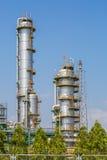 Вертикальная башня рафинадного завода в нефтехимическом заводе Стоковые Фото