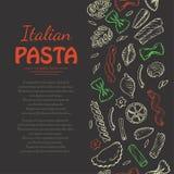Вертикальная безшовная картина с итальянскими макаронными изделиями на темной предпосылке Стоковые Изображения RF