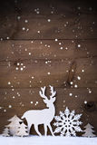 Вертикальная белая рождественская открытка с космосом экземпляра на снеге, снежинке Стоковые Фото