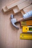 Вертикальная версия деревянных стержней и правителя метра Стоковые Фото