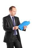 Вертикальная съемка бизнесмена читая документ Стоковое Изображение RF