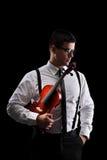 Вертикальная съемка музыканта держа скрипку Стоковые Фотографии RF