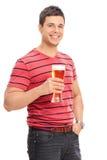 Вертикальная съемка пива вскользь парня выпивая Стоковое Фото
