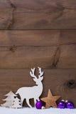 Вертикальная фиолетовая рождественская открытка с космосом экземпляра на снеге Стоковое Фото