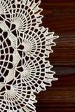 Вертикальная часть винтажного doily цвета слоновой кости вязания крючком Стоковые Изображения