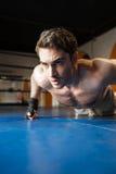 Вертикальное изображение боксера делать нажимает поднимает Стоковые Изображения RF