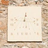 Вертикальные солнечные часы сделанные из сляба и железного прута высекаенного камня Стоковые Фото