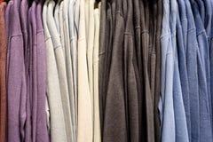 Вертикальные строки рубашек покрашенных людей Стоковые Фото