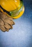 Вертикальный взгляд защитного helme здания кожаных перчаток желтого Стоковая Фотография