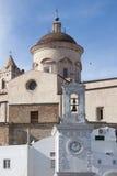Вертикальный взгляд колокольни с часами в Pisticci южной Италии стоковые фото