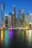 Вертикальный взгляд небоскребов в Дубай Стоковая Фотография