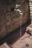 Вертикальный взгляд старого водопроводного крана Стоковые Изображения