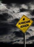 Вертикальный знак сезона урагана с бурной предпосылкой Стоковое Изображение