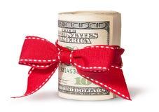Вертикальный крен 100 долларовых банкнот связанных с красной лентой Стоковые Изображения