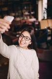 Вертикальный портрет девочка-подростка принимая selfie Стоковая Фотография