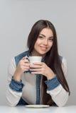 Вертикальный портрет женщины на таблице Стоковое Изображение RF